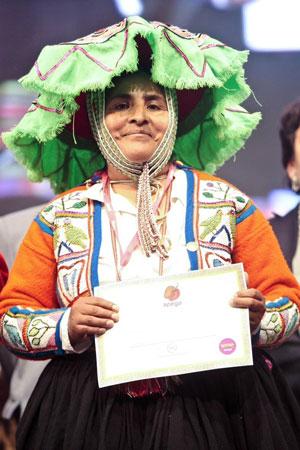 Leandra Condori, fundadora del comedor Los Condoritos, en Yanama (Cusco), recibe el premio Rocoto de Oro en la feria Mistura 2011. Foto: Oxfam