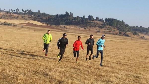 Banchiayhu Dessalegn Jiffar (en el centro) durante un entrenamiento en Addis Abeba. Imagen:  © Kaleab Getaneh, Run in Africa