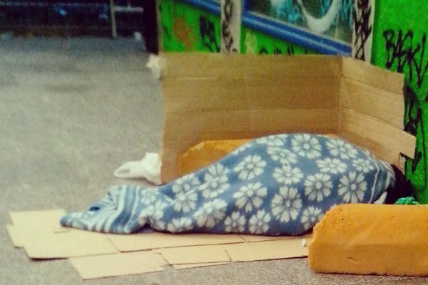 Una mujer se protege del frío en la calle. Imagen: Gema Castilla.