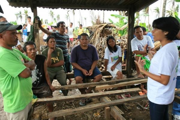 Distribución de aserraderos en una comunidad filipina tras el tifón Haiyán. Imagen: Livio Mercurio / Oxfam Intermón