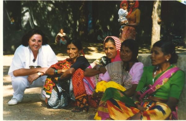 Carmen Sarmiento con un grupo de mujeres en India. Imagen: Charo Mármol