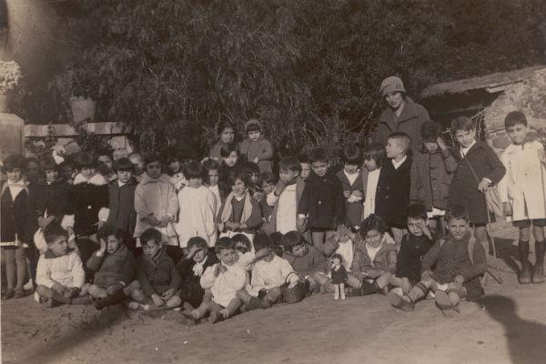 La maestra Rosa Sensat con un grupo de alumnos. Imagen del documental 'Las maestras de la República'.