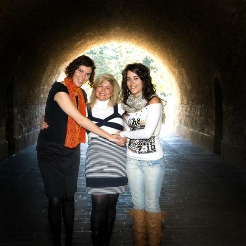 Sagrario Mateo, Presidenta de Aprodemm y ganadora del concurso #Avanzadoras junto con dos colaboradoras.