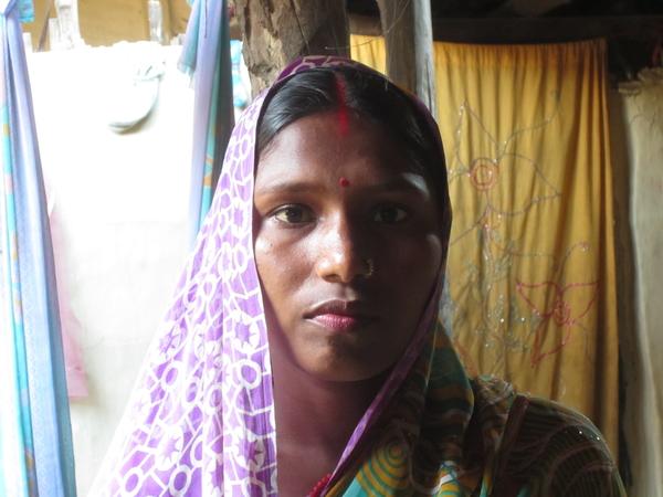 Rajkumari Devi de 24 años es nepalí y ha sufrido el prolapso uterino, una extenuante y dolorosa dolencia que consiste en que la musculatura pélvica se debilita y el útero desciende hacia la vagina. Son muchas las causas que lo provocan, como llevar pesadas cargas durante el embarazo o inmediatamente después de él, tener hijos siendo aún muy joven o tener varios hijos en rápida sucesión, pero todas están relacionadas con el hecho de que las mujeres no tengan control sobre su cuerpo, su salud y su vida. © Amnistía Internacional