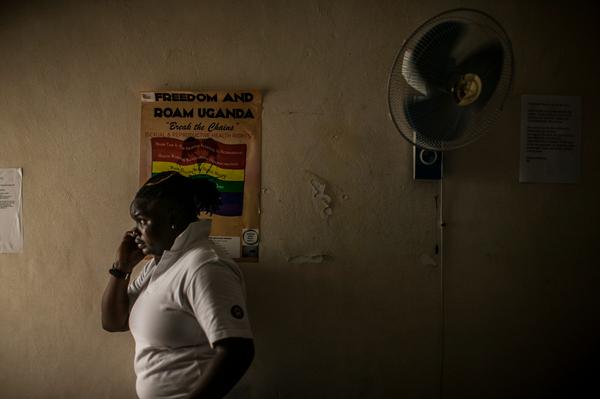 Jay, activista LGBTI ugandesa y cabeza visible de la organización Freedom and Roam habla por teléfono con un colega. En su país, el presidente Museveni acaba de firmar la entrada en vigor de la Ley contra la Homosexualidad. Esta ley institucionalizará el odio y la discriminación contra las personas lesbianas, gays, bisexuales, transgénero e intersexuales en Uganda. Su aprobación supone una vulneración grave de los derechos humanos en el país. Jay piensa que su teléfono puede estar intervenido y que sufrirá consecuencias por su orientación sexual. © Pete Muller
