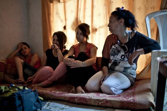 Créditos: Sawthan Alshami vive en el barrio de Wadi Zeina con su familia desde hace un año. La violencia ha hecho que estos refugiados lo sean por dos veces: ahora en Líbano y en pésimas condiciones. Viven hacinados en pisos de alquiler, en tiendas y locales que rentan por precios desorbitados o, como en la imagen, en mezquitas que las familias dividen con tablones y sábanas para tratar de ganar intimidad. Imagen: Pablo Tosco / Oxfam Intermón