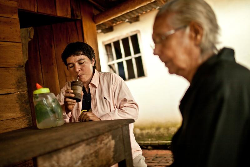 Alba Zaracho en un momento de descanso tomando mate con su madre. (c) Pablo Tosco / Oxfam Intermón
