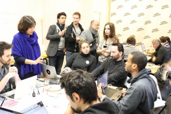 Anne Hidalgo durante un debate con su equipo en el cuartel general de campaña. Imagen: anne-hidalgo.net