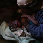 Una madre amamanta a su bebé recién nacido. Fotografía de Olmo Calvo.