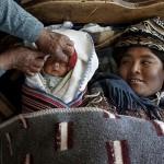 Una mujer descansa junto a su bebé. Fotografía de Olmo Calvo.