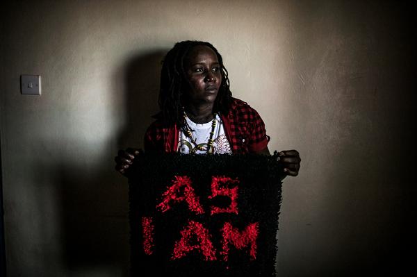 Pie de foto: Mary, activista LGBTI en Kenya, uno de los colectivos más vulnerables a la hora de sufrir abusos con impunidad. Copyright: Pete Muller