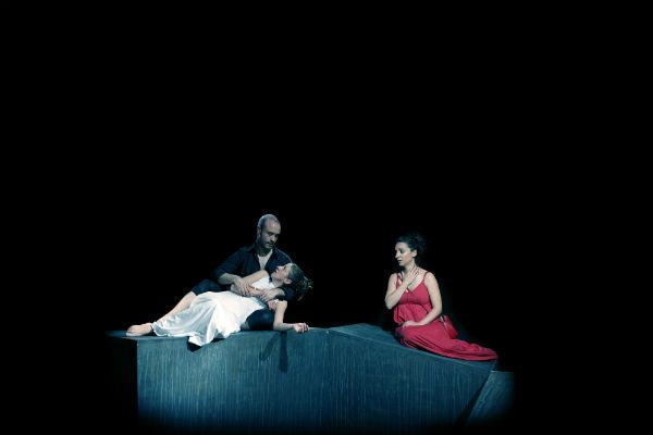 Imagen de la obra 'Los restos de la noche', de Yolanda Pallín, puesta en escena por la compañía Skaena 5. Fotografía: Sue Ponce Gómez.