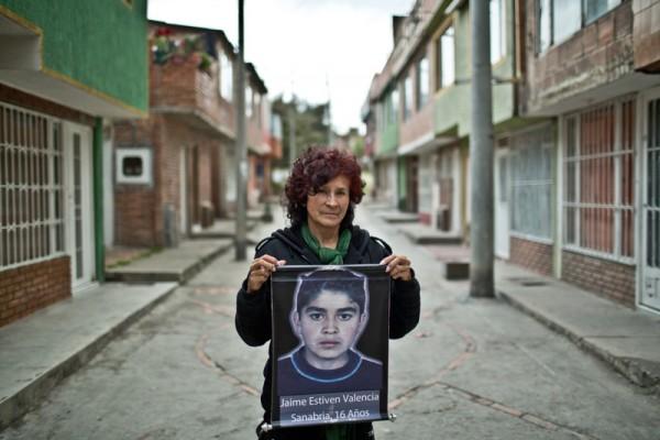 María Sanabria, una de las Madres de Soacha, con una imagen de su hijo. Imagen: Pablo Tosco / Oxfam Intermón.