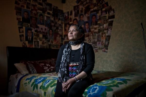 Luz Marina Bernal, ante las imágenes de su hijo. Imagen: Pablo Tosco / Oxfam Intermón.