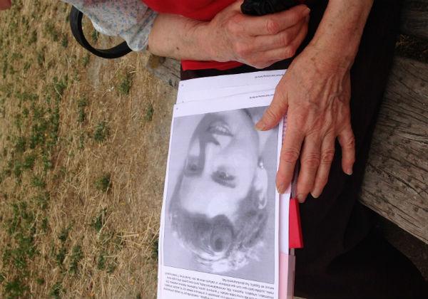 María sostiene en su mano una foto de su juventud. Imagen: Maribel Maseda.