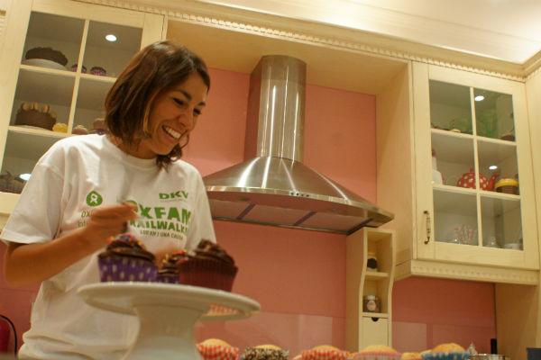 Alma Obregón en su taller de cupcakes. Imagen de Ekaitz Cancela / Oxfam Intermón