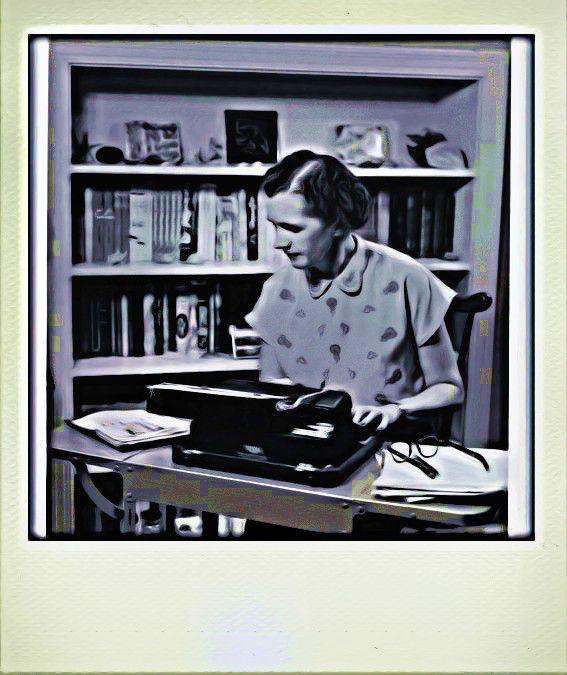 Rachel Carson ante su máquina de escribir Imagen de TrasTando