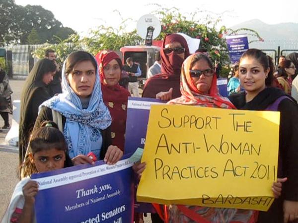Manifestación de mujeres frente al senado de Pakistán el 11 de diciembre de 2011 pidiendo la aprobación de la Ley de prohibición de prácticas contra ala mujeres . Imagen: Amnistía Internacional