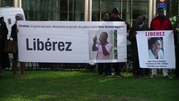 Cientos de personas se manifestan ante el Parlamento Europeo pidiendo libertad para la política rwandesa Victoire Ingabire. Imagen: amis de Victoire Ingabire.