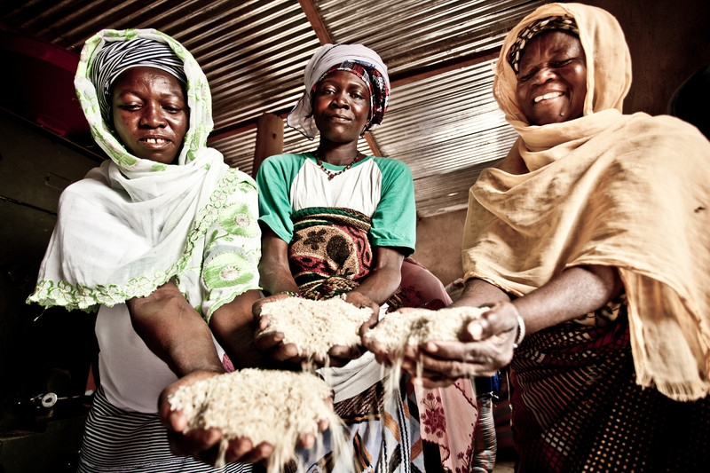 Un grupo de mujeres campesinas de Burkina Faso se organizaron en cooperativa para procesar arroz. (c) Pablo Tosco / Oxfam Intermón.