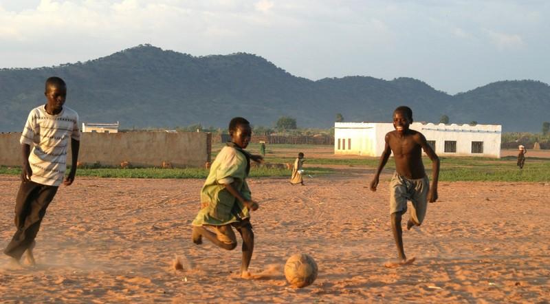 Un grupo de niños jugando al fútbol en Chad. (C) Laurens/ Oxfam Intermón