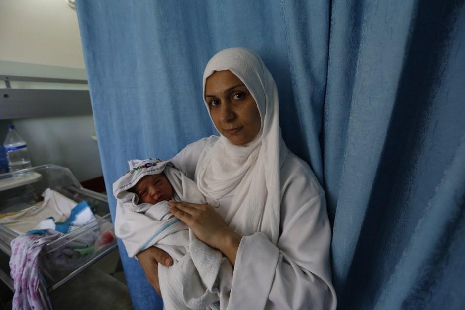 Esta semana, Abeer Al Madhoun dio a luz a un niño sano en el Hospital Al Awda, el único hospital de Gaza con una unidad especializada en cuidado de recién nacidos que cuenta con el apoyo de Oxfam. (c) Mohammed Al Baba / Oxfam