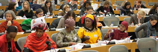 El tour Art for Action reunió en Bruselas en 2013 cuatro creaciones hechas con más de 42 mil pétalos de rosa para presentarlas ante responsables políticos europeos y de otros países. Cada pétalo lleva la firma de una persona comprometida contra la mutilación genital.
