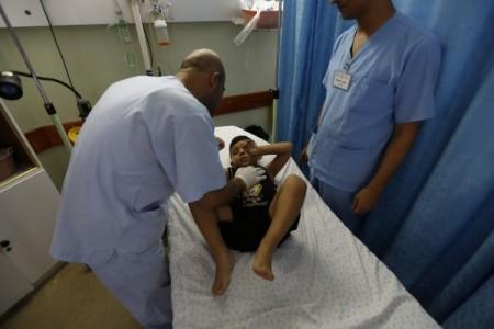 Médicos tratando a un niño en el hospital Al Awda ubicado en el norte de Gaza. (c) Mohammed Al Baba/Oxfam