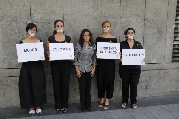En el centro la periodista Jineth Bedoya junto a un grupo de mujeres activistas durante el acto de presentación del informe sobre los crímenes sexuales cometidos en el marco del conflicto armado en Colombia