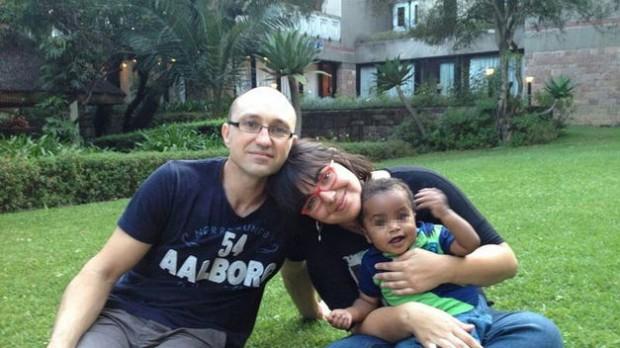 Una de las dos parejas que permanecen en Etiopía a la espera de poder volver con sus hijos. (c) EFE