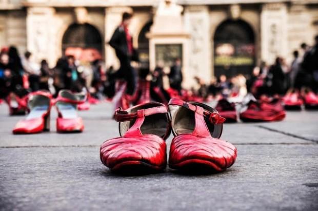 Zapatos rojos. Imagen del II Seminario Internacional sobre violencias contra las mujeres y feminicidio.