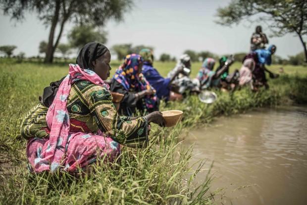 Sauda recoge agua en una charca junto con otras mujeres de Am-Ourouk. Imagen: Pablo Tosco / Oxfam Intermón