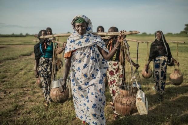 Las mujeres de la región de Guéra (Chad) emplean una media de 5 horas diarias a ir a buscar agua. (c) Pablo Tosco / Oxfam Intermón