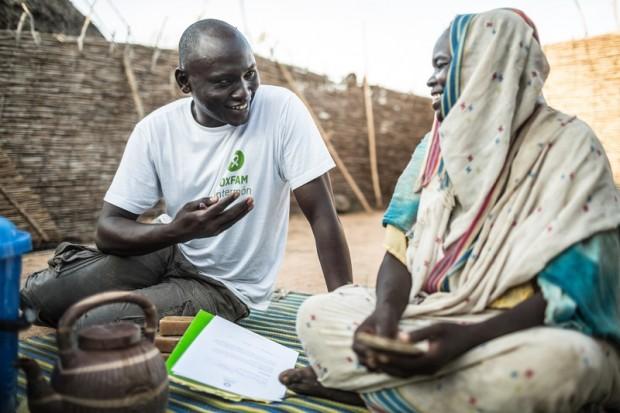 Maïmouna Souleïmane Haddo charla con Emmanuel Ratou, técnico de promoción de higiene y saneamiento de Oxfam Intermón. Imagen de Pablo Tosco/Oxfam Intermón.