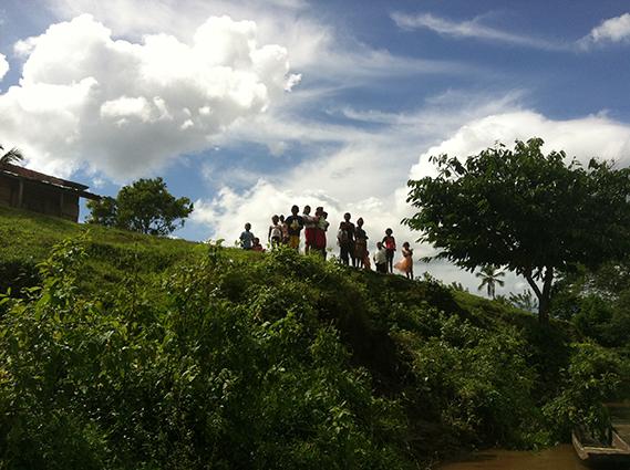 Mujeres y niños junto al río Coco, en Nicaragua. Imagen de María Cimadevilla.