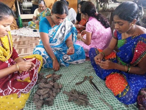 Las mujeres indias que trabajan en la cooperativa Creative Handycrafts tienen un salario digno gracias al comercio justo (c) Johny Joseph