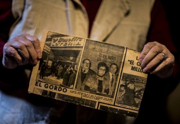 Magdalena con el recorte de la noticia del 'Gordo' de Navidad que vendió. Imagen de Amigos de los Mayores.