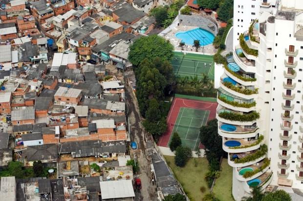 Las dos cara de la moneda Favelas al lado del rico distrito de Morumbi en Brasil (c) Tuca Vieira/Oxfam Intermón