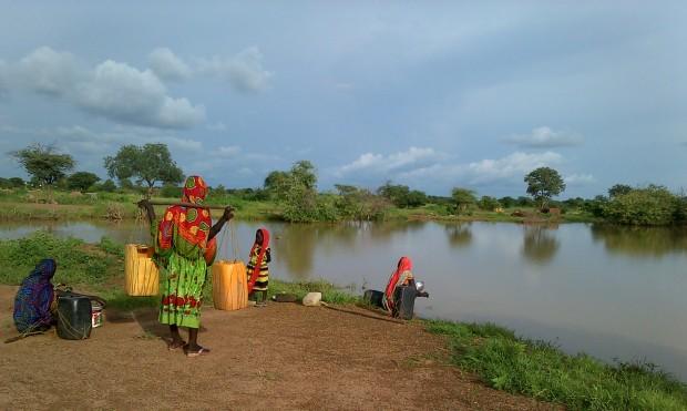 Mujeres y niñas recogen agua a las orillas de una charca en Midjiguir (Región de Guera, Chad). Imagen: Belén de la Banda / Oxfam Intermón.