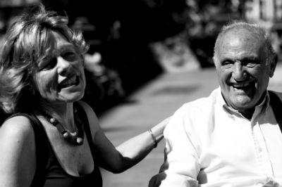 Para muchos mayores en residencias, la visita de las voluntarias es la de las Reinas Magas. Imagen: amigos de los mayores.