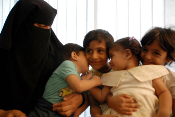 Yara (23 años) es una refugiada de Siria y madre sola con cuatro hijos:  Mohieddine (7 años), Miriam (6), Mohammed (3) and Mutanama (2). Su marido fue arrestado en la frontera entre Siria y Líbano y ella pagó 2000 dólares para que lo liberaran © Ina Tin/Amnesty International