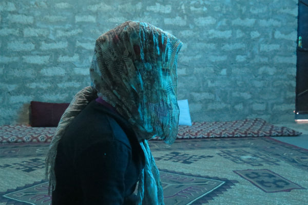 Una niña acogida en el campo de refugiados de Khakhe que fue víctima de abuso por el Estado Islámico. © Amnesty International