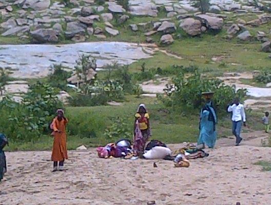 Un grupo de mujeres en el cauce de un río en Chad. Foto: Belén de la Banda.