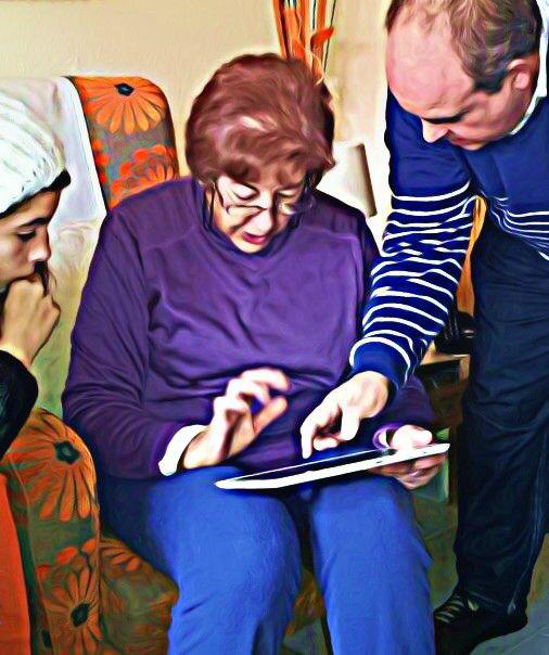 Primeros pasos en el uso de la tableta. Imagen de Pilar González Soriano.