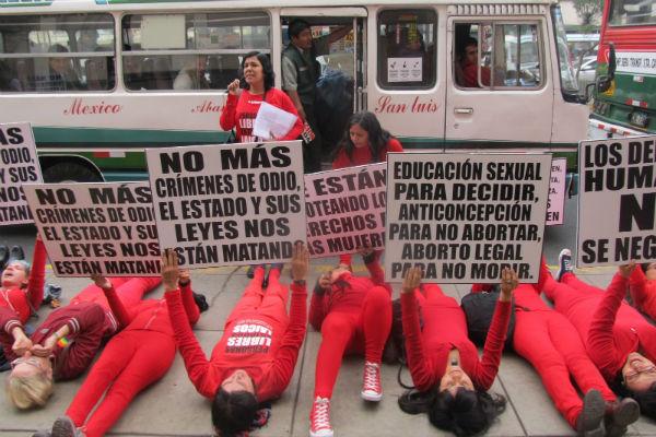 Protesta de mujeres peruanas ante el Congreso de su país. Imagen: Mary Vargas