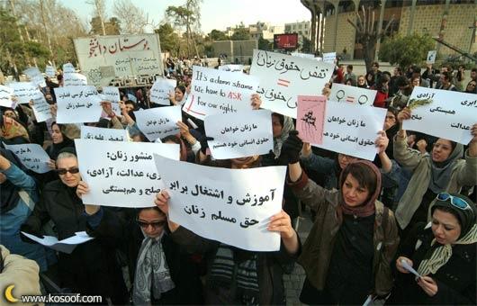 Manifestación en Teherán por los derechos de las mujeres. 8 de marzo de 2006. © Arash Ashoorinia, www.kosoof.com