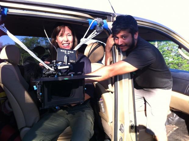 Mabel Lozano con un compañero de su equipo durante el rodaje de #ChicasNuevas24horas