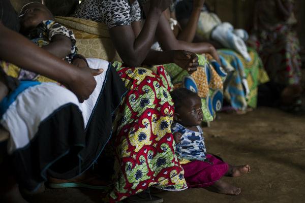 Una mujer asiste a una reunión con su bebé. Imagen de Oxfam.