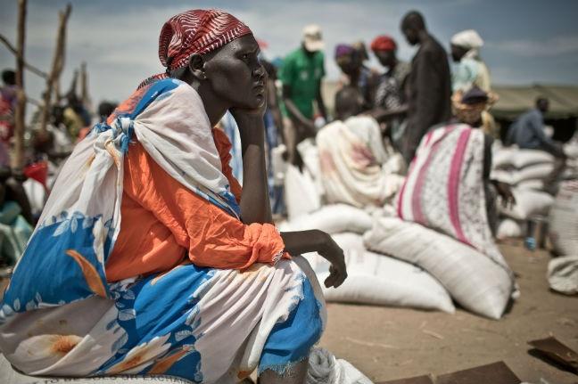 Una mujer espera durante un reparto de alimentos en el campo de refugiados de Mingkaman. Imagen de Pablo Tosco/Oxfam Intermón.