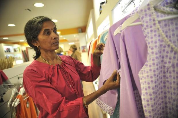 Anjali Tapkire, de la cooperativa Creative Handicraft, en la tienda de comercio justo de Oxfam Intermón en Barcelona. (c) Ivan M. García / Oxfam